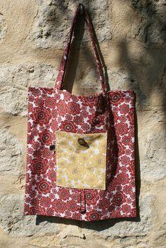 Tote Bag / Sac de course en coton bio à fleurs retro rouges, avec poche à fleurs jaunes, bouton en bois de coco
