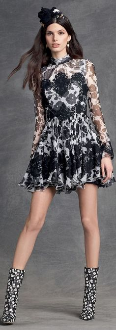 dolce and gabbana winter 2016 woman collection 71 Floral Fashion, Love Fashion, Runway Fashion, High Fashion, Womens Fashion, Fashion Design, Fashion Trends, Dolce And Gabbana 2016, Belle Silhouette