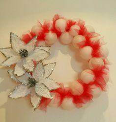 Corona natalizia con fiori, palline e tulle