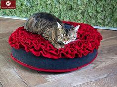 """Katzenkissen Lounge Rose  Eine zauberhafte Kreation präsentieren wir mit dem Katzenkissen Lounge Rose. Das romantische Design, die hochwertigen Materialien und die Qualitätsfüllung verwandeln dieses Produkt in einen exklusiven Schlafplatz für Stubentiger. Zwischen den Ruhephasen lässt es sich auch mal wunderbar mit den """"roten Rosen"""" spielen."""