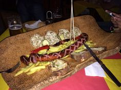 Un würstel gigante da 400gr con contorno di patatine e verdure grigliate! What else?