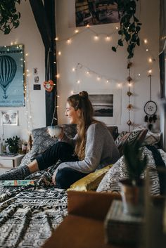 Make your dorm room look stylish and organized for less with these cheap & easy DIY projects. You can give your dorm room ideas a creative and personal touch with the dorm room decorating inspiration for guys or woman. Dream Rooms, Dream Bedroom, Cozy Bedroom, Bedroom Decor, Bedroom Ideas, Fairylights Bedroom, Bedroom Plants, Bedroom Furniture, Bedroom Fairy Lights