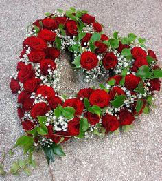 Hingabe kennt keine Grenzen  #Herz #Trauer# Abschied #Rosen #Floristik Inexpensive Flower Arrangements, Funeral Flower Arrangements, Funeral Flowers, Floral Arrangements, Valentine Wreath, Valentine Crafts, Funeral Memorial, Sympathy Flowers, Heart Decorations