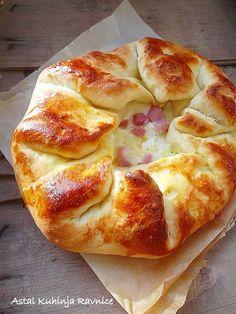 rustic bread with ham and cheese - looks so good pizza dough pie main I Love Food, Good Food, Yummy Food, Empanadas, Great Recipes, Favorite Recipes, Rustic Bread, Rustic Cake, Kolaci I Torte