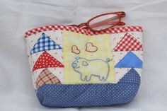 astuccio portatrucco in patchwork  a motivo di flying Flying Geese, Quilt Making, Light Blue, Polka Dots, Pouch, Embroidery, Sewing, Red, How To Make