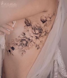 And again, we have tattoos for girls. Polish tattooist Karolina Szymańska creates surprisingly light and infinitely delicate tattoos that emphasize the most feminine features of each of her clients. Hip Tattoos Women, Shoulder Tattoos For Women, Sexy Tattoos, Cute Tattoos, Girl Tattoos, Tattoo Women, Tattos, Foot Tattoos, Flower Tattoos