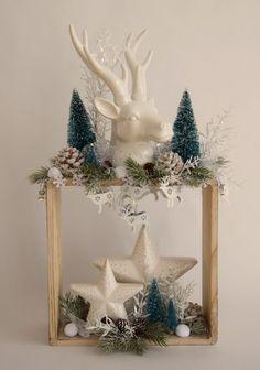 Holzregal winterlich dekoriert mit weißem Hirschkopf und Sternen. Hanukkah, Snow Globes, Wreaths, Christmas, Home Decor, Deer Heads, Stars, Decorating, Xmas