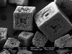 Table salt looks terrifyingly spaceship-like. Photos taken with an electron microscope, via ZEISS Microscopy. Microscopic Photography, Macro Photography, Luxor, Grain Of Salt, Scanning Electron Microscope, Microscopic Images, Fotografia Macro, Things Under A Microscope, Crystals