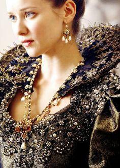 The beautiful Alexandra Howling as Queen Anne!