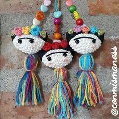 Frida Kahlo amigurumi, crochet para movil, broche o llavero Love Crochet, Crochet Gifts, Crochet Dolls, Knit Crochet, Crochet Keychain, Crochet Bookmarks, Felt Patterns, Crochet Patterns, Crochet Videos