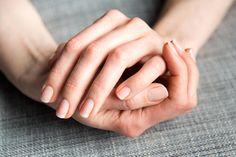 Mówi się, że zadbane piękne dłonie są naszą wizytówką, paznokcie z pewnością są jej dopełnieniem. Dłonie nie będą wyglądały dobrze, jeśli nasze paznokcie nie będą starannie wypielęgnowane i nie dotyczy
