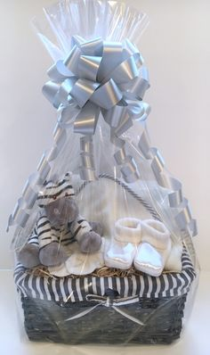 This adorable zebra soft toy is the focus of this neutral baby gift basket. Regalo Baby Shower, Baby Gift Hampers, Baby Shower Gift Basket, Baby Gift Box, Baby Hamper, Baby Shower Presents, Baby Baskets, Baby Presents, Baby Box