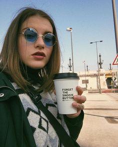 Zase jsem vytáhla svoje hippie brejličky mám @herschelsupply ledvinku která se stala mým oblíbeným doplňkem oblíkla jsem zelenou bundičku která mě zdobila naposledy v Amsterdamu a Budapešťský kavárny a kafíčka hodnotím 9/10  A prostě forget the snooze button když máš ranní pešťský kafíčka Instagram