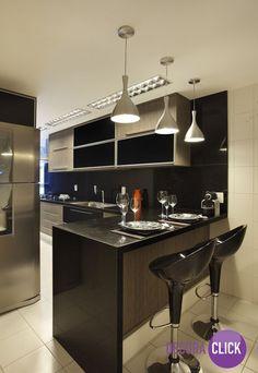 O preto é sofisticação. Reparem nos detalhes do armário e também nos pendentes, a iluminação é muito importante em uma cozinha de cor escura.