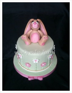 Cake with gumpaste bunny