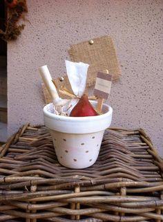 """Bomboniera ecologica vasetto  terracotta color Bianco  con bulbo e confetti personalizzato con tags e stecchetta legno collezione """"POIS"""""""