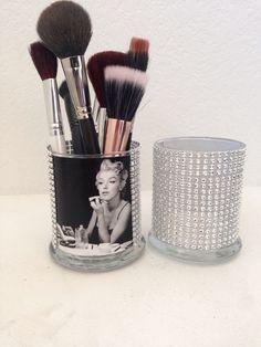 Marilyn Monroe make-up brush holder. Perfect for my Marilyn bathroom www. Marilyn Monroe Baño, Marilyn Monroe Bathroom, Diy Makeup Brush, Makeup Brush Holders, Makeup Brushes, Makeup Jars, Maquillaje Diy, Rangement Makeup, Bedroom Organization Diy