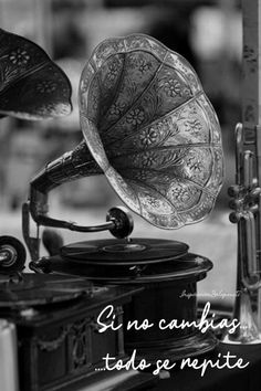 Beautiful, inspirational and creative images from Piccsy. Design Studio Office, Recording Studio Design, Old Records, Vinyl Records, Vintage Shops, Vintage Antiques, Home Studio Music, Phonograph, Office Workspace