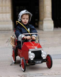 Kinderautos aus Metall | Retro Tretauto Feuerwehr, rot, von Baghera
