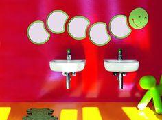 Dans une salle de bains où les meubles sont souvent à hauteur d'adulte, les enfants peuvent...
