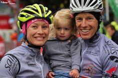 Eine glückliche Familie im Ziel des Arlberger Bike Marathon 2107. Marathon, Bicycle Helmet, Hats, Happy Family, Goal, Hat, Marathons, Cycling Helmet