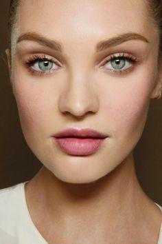 maquillage léger pour yeux bleus, fard à papières couleur pêche