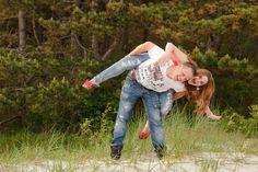 www.chantaltak-fotografie.nl ~  Broer en zus tijdens een familie fotoshoot in Nederland. #fotoshoot #bos #familyportrait #family #NoordHolland #ChantalTakFotografie #fotograafalkmaar #fotograaf #photoshoot #Heiloo #natuur #broer #zus #duinen