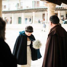 Nos encantan las bodas en invierno y más si lucen capa y como no un tocado by @nilataranco  Foto: @DoblelenteBoda   #noviasnilataranco #tocadosdenovia #inspiraciondebodas #weddinginspiration #bridalheadpieces #fotografia #photooftheday