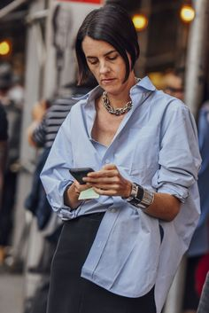 DIMANCHE: street style_button-down shirt - bestfashion_pintradio Look Fashion, Retro Fashion, Milan Fashion, Cardigan Blazer, Oversized Shirt Outfit, Mode Outfits, Fashion Outfits, Fashion Hacks, Fashion Shoes