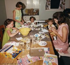 Jacqueline Kennedy decorating Easter eggs in Palm Beach, FL with Caroline and John Kennedy and Sally and Kathy Fay in April 1962 Los Kennedy, Jacqueline Kennedy Onassis, John F Kennedy, Familia Kennedy, John Junior, Jfk Jr, John Fitzgerald, Rare Photos, Palm Beach