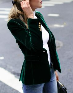 Velvet blazer look. This evergreen blazer is perfect for winter business casual looks or even for a holiday party outfit. Fashion Mode, Nyc Fashion, Fall Fashion Trends, Fashion 2017, Look Fashion, Winter Fashion, Fashion Outfits, Womens Fashion, Classic Fashion