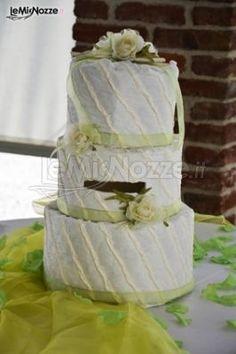 Torta nuziale bianca e verde