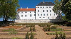 Dragsholm Slot er formentlig bygget af Roskildebispen i begyndelsen af 1200-tallet som et palatium, og i 1400-tallet bliver det ombygget til en solid forsvarsborg. Under Grevens Fejde bliver slottet voldsomt beskudt, og efter Reformationen beslaglægges det af kong Christian d. 3.. Kongen benytter herefter slottet som et statsfængsel for særligt prominente fanger, bl.a. Jarlen af Bothwell.