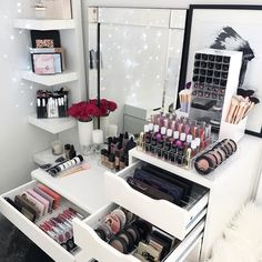 "Gefällt 720 Mal, 10 Kommentare - VANITY COLLECTIONS (@vanitycollections) auf Instagram: ""✨ Twinkle, twinkle ✨ . My mid week beauty room ✨ . Loving our DELUXE VANITY PACK layout in my IKEA…"""