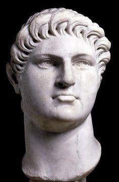 Tijdens de eerste vijf jaar dat Nero keizer was, was hij een vrij goede heerser. Het Romeinse rijk was vredig en welvarend. Daarna begon hij echter steeds meer aandacht te besteden aan andere passies – voornamelijk kunst, cultuur en muziek. Hij was zelf ook acteur, maar hij schijnt zo slecht te zijn geweest dat zwangere vrouwen net deden alsof hun bevalling begon om het stuk vroegtijdig te kunnen verlaten.