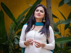 Shraddha Srinath is a well known Indian film actress and model who draws the attention of audience within a very short time by her wonderful acting performance. Senior Girl Poses, Senior Girls, Top Celebrities, Girls Dp, Indian Film Actress, Height And Weight, Photo Wallpaper, Hd Photos, Indian Beauty