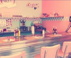 """'Peggy Sue's' A return to the 1950s and American cafes of bubble gum pink color, pastels and paintings. Music of Aretha Franklin and Chuck Berry in a jukebox and sipping a hamburger that may very well bear the name of American soul singer James Brown, """"the funk that everyone expected bomb"""". They are sold as """"the hamburger joint in the neighborhood""""."""