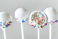 Confetti Cake Pops (Sprinkles for Breakfast) Yummy Treats, Delicious Desserts, Sweet Treats, Bolo Confetti, Funfetti Kuchen, Funfetti Cake Pop Recipe, Blackberry Cake, Buffet, Vanilla Cake