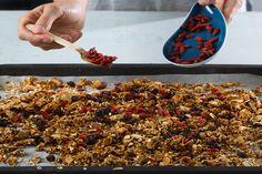 Fazer granola é mais fácil do que imagina. Siga os nossos conselhos e aprenda passo a passo como fazer granola saudável, económica e deliciosa.