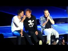 One Direction Feat. Ed Sheeran-Little Things MSG girls screaming like crazy One Direction Little Things, One Direction Videos, Olly Murs, Cher Lloyd, Best Song Ever, Soundtrack To My Life, Music People, Friends Show, Music Tv