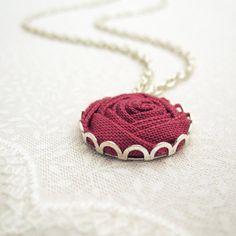He encontrado este interesante anuncio de Etsy en https://www.etsy.com/es/listing/180209965/deep-rose-bridesmaid-necklace-fabric