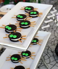 Scarily Simple No-Bake Halloween Treat Recipes Make adorable Oreo Spiders for Halloween using this easy, no-bake treat recipe.Make adorable Oreo Spiders for Halloween using this easy, no-bake treat recipe. Dulces Halloween, Bolo Halloween, Halloween Treats To Make, Postres Halloween, Soirée Halloween, Dessert Halloween, Spooky Treats, Halloween Goodies, Halloween Food For Party