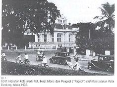 Oplet di Jalan Perintis Kemerdekaan, Bandung.