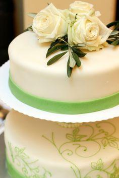 Elegante Hochzeitstorte in weiß mit grünen Verzierungen und mediterranem Touch - Hochzeitskonzepte von www.tischleinschmueckdich.de