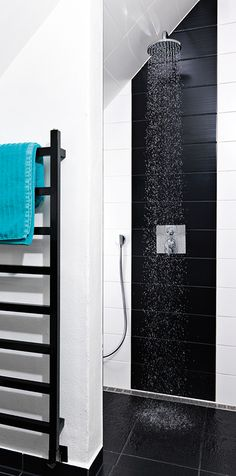 Modernin asujan ehdoton valinta kodin suihkutilaan on Unidrain-lattiakaivoritilä. Kuvan Stripe-ritilä istuu huomaamattomasti suihkunurkkaan.