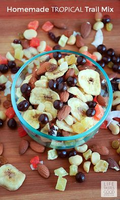Homemade Tropical Trail Mix Recipe Lunch, Snacks with dri fruit tropic, almonds, macadamia nuts, dove Trail Mix Recipes, Snack Mix Recipes, Recipes Appetizers And Snacks, Healthy Snacks, Diy Snacks, Snack Mixes, Lunch Snacks, Vegan Snacks, Tropical Trail Mix Recipe