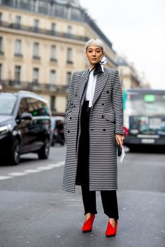 Black-and-White Looks Were a Street Style Favorite on Day 7 of Paris Fashion Week Black-and-White Looks Were a Street Style Favorite on Day 7 of Paris Fashion Week - Fashionista Nyfw Street Style, Street Style Trends, Autumn Street Style, Cool Street Fashion, Street Style Looks, Street Style Women, Street Wear, Black Women Fashion, Curvy Fashion