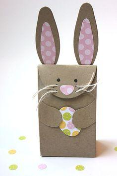 une carte de Pâques en forme de lapin en carton