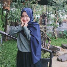 In Hijaber: Sweet Girl Hijab Smile Beautiful Hijab Girl, Beautiful Muslim Women, Beautiful Models, Hijabi Girl, Girl Hijab, Hijab Outfit, Ootd Hijab, Kebaya Dress, Muslim Beauty