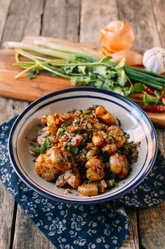 Cumin potatoes are a dish that we discovered in the Northern Chinese city of Xi'An. Fragrant and spicy, this vegan potato dish is great as a side or main! Vegan Vegetarian, Vegetarian Recipes, Cumin Lamb, Wok Of Life, Asian Recipes, Ethnic Recipes, Roasted Meat, Potato Dishes, Vegan Dishes